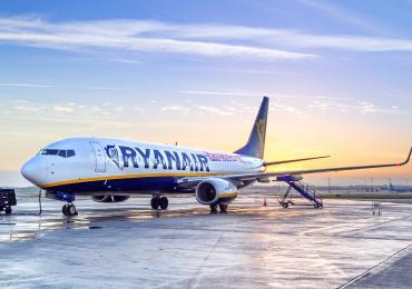 787 Ryanair refuelling on runway